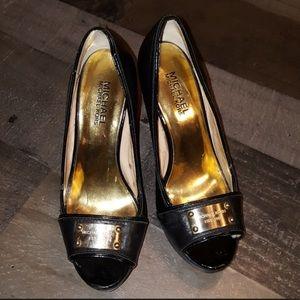 Michael Kors Gold buckle black 👠 heels